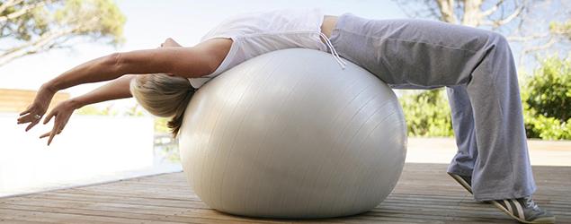 Fortalece tu espalda con el pilates fitball