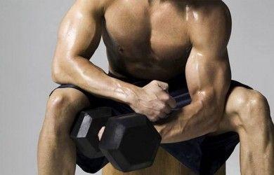 ¿Como se hace el curl martillo de bíceps?