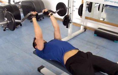 Haciendo press francés para fortalecer tus tríceps rápido